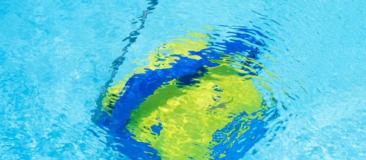 robot limpiafondos agua piscina bonita